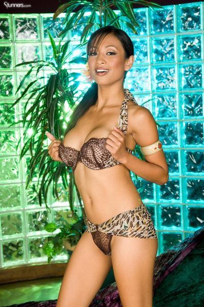 sexy orientale Ragazza Kina Kai bucce off Il suo rivelando biancheria intima e giocattoli Il suo Asiatico figa