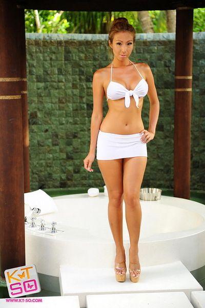 Küçük beyaz Bikini Üzerinde bir Göz alıcı Asya Kız poz açık havada
