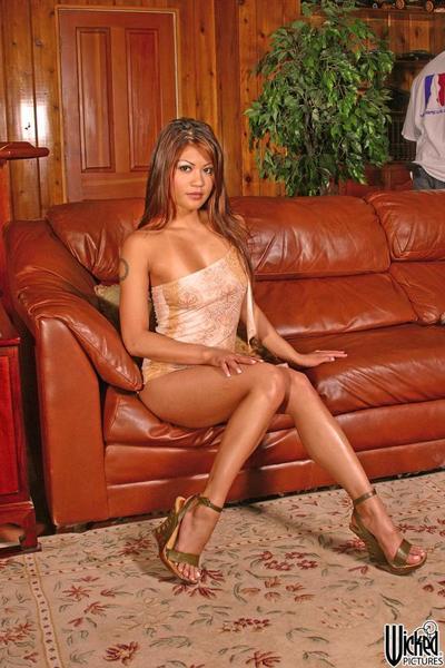 的 诱人 软色情电影 届会 从 亚洲 贝贝 Charmane 明星 剥离 上 的 皮革 沙发