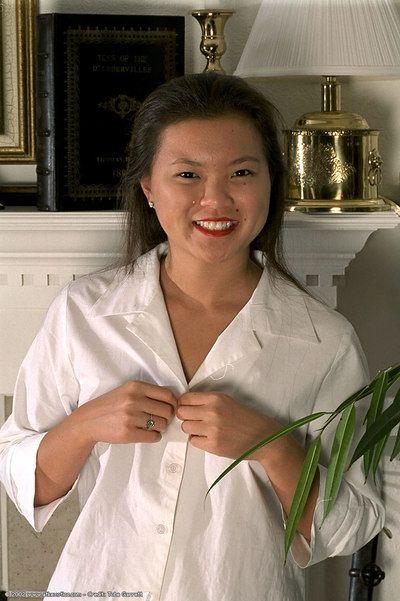 Amateur Asiático Adolescente Tina inauguración bonito Tetas y Beaver Mientras desvestirse