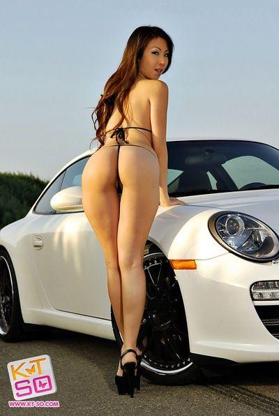блестящие Бикини Горячая на Азии Автомобиль модель кт Так Позирует на открытом воздухе
