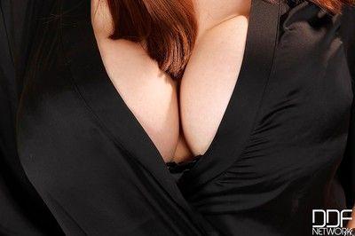 脂肪 亚洲 与 大 奶 Tigerr 脱衣服 她的 紧 胖乎乎的 身体