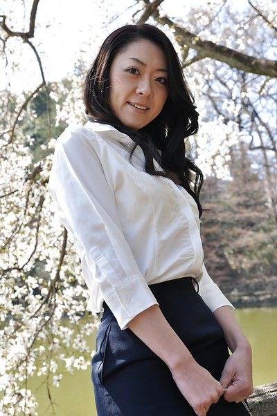 เอเชีย MILF Saeko Kojima นี่ แส เธอ ก้น ในขณะที่ สุนัขไม่มีสัญญาณกันขโมยและ