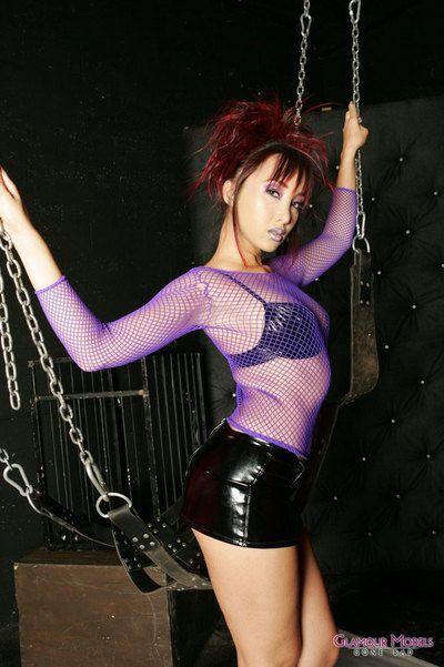 Восточная Фетиш малыш Кацуми в черный латекс сапоги Полоски из из ее сексуальная наряд