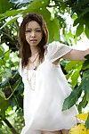 caldo e sexy Bruna pulcino da giappone Yura Aikawa è sexy in posa all'aperto sotto il Albero