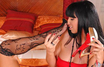 noir poil et Exceptionnelle Poussin Lisa sparkle est lécher Son blondes pied les doigts