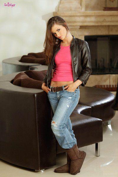 Lily Carter Bandes Pas en vedette Son Jeans et rose le contenu alors rebondissements et Ouvre Son l
