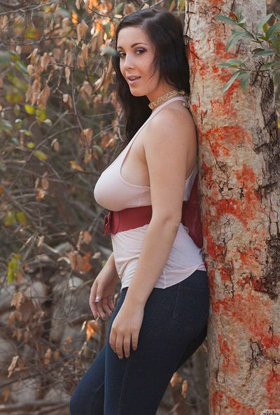 Curvy brunette likes showing \