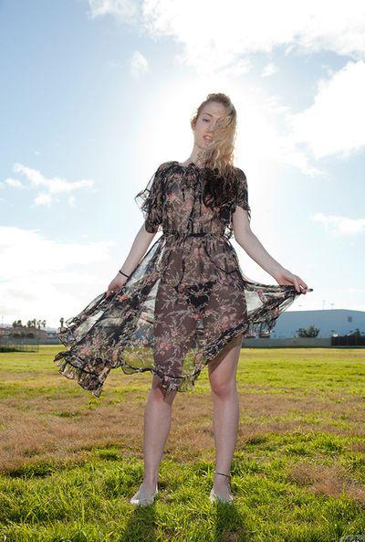 corporels blond aime posant et Clignotant Son les chaînes dans de plein air solo l
