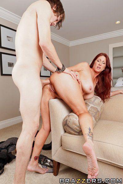 Sauvage gros seins milf Tiffany Minx prend off Son Femelle Maison serviteur uniforme et le contenu pour Un digne anal baise