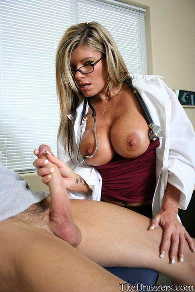 Spectacled Femelle médecin Kristal Les étés séduit passive Avec Son massive seins