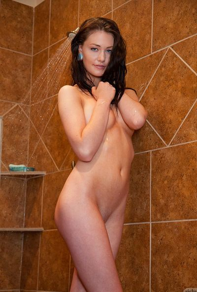 Brunette hair Kelly Lamprin is sexually excited and eager to play lower the warm baths