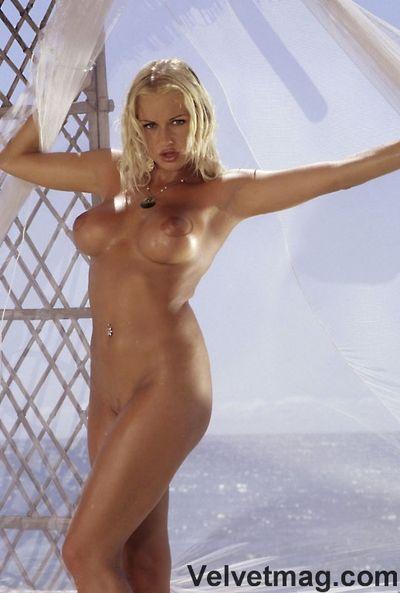 Nicelooking blonde Stacy argent lance Son les jambes et prend Gode dans Son Serré ponction sur l