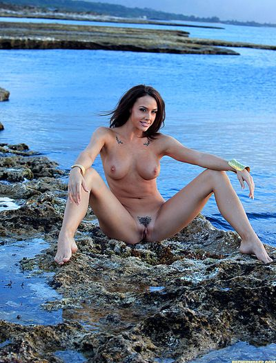 Boobsy brunette hair admires deep fingering her tacky puissy although in hawt outdoor solo session