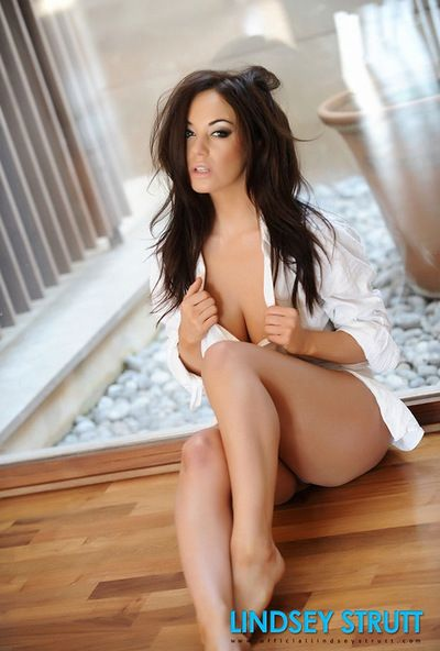 Gratifying stunner Lindsey Strutt divulges her adorable body and perfect love bubbles with puffy nipps