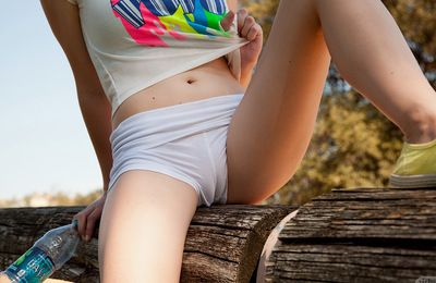 Kenzee Thomas widens her body and gets lewd to play while in outdoor session