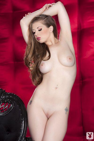 Lusty Jolie posant Son rose chatte après teasing dans Son Eah et :sexuelle: le contenu