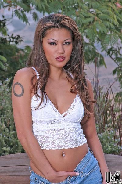 Fascinant Chinois Charmane star a discerné Un calme place pour divulguer nu seins et lovecage