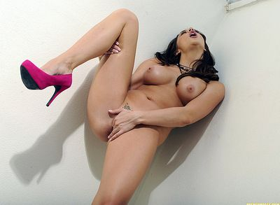 Extreme babe loves feeling her warm clit at the same time as good-looking solo masturbation scene