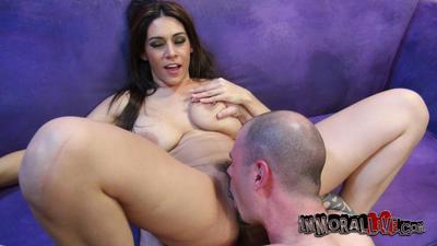 Dolgun Latin cici kız Raylene ile büyük yuvarlak gazoo Alır devasa horoz içinde onu gür Vajina