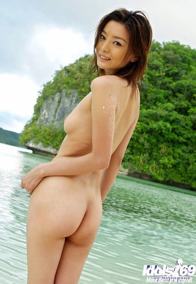 Svelte Japanese hottie with clever booty Ray Ito slipping off her red bikini