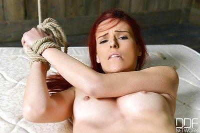 minyon genç piliç var Bağlı ve kullanılan olarak seks Köle :Tarafından: Zalim domme