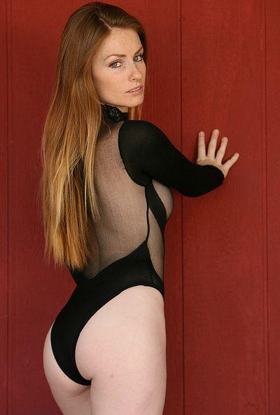 сексуальная модель Скайлер Стил выглядит Потрясающий в ее удивительно черный Эротические наряд