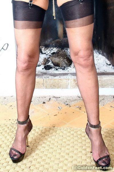 âgés de La colombie dame dame Sarah la modélisation nylons Alors que révélant percé twat