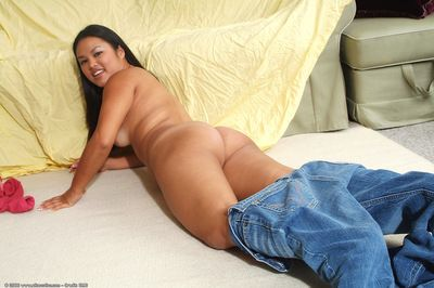 Asian amateur sheds blue jeans to expose shaved pussy and ass