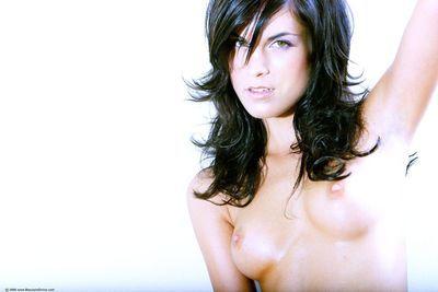 الغراب الشعر غلم نموذج Nelli هنتر مع طويلة الساقين و مرح الثدي هو عارية بالنسبة الخاص بك التمتع