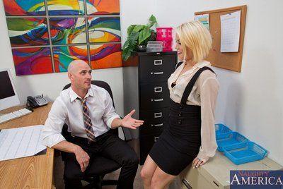 肮脏的 金发女郎 灰 好莱坞 获取 几乎没有 钻孔 和 喂 与 暨 在 的 办公室