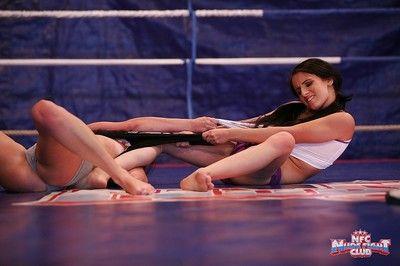 Bdsm lesbiche Kerry e Amanda moore lotta per il a destra Per Cum