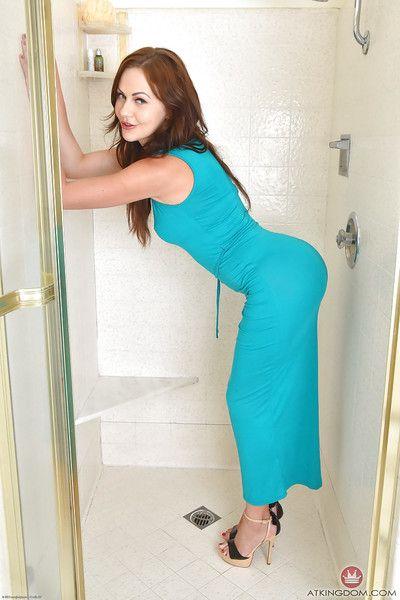 top euro pornstar Tina Kay llegar desnudo y meando en ducha