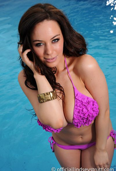 Glamorous diva Lindsey Strutt demonstrates a pink swimsuit and her huge boobs look awesome