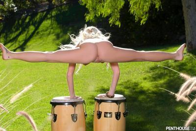 Uzun ayaklı Esnek Madison Scott ile büyük göğüsleri ve traş kedi atlama açık havada içinde bu güneş