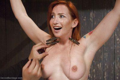 kızıl saçlı Kız Sophia Locke alma elektroşok ve meme ucu İşkence içinde esaret