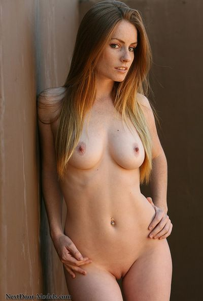 苗条 贝贝 构成 她的 自然的 胸部 和 唤起 剃光 猫