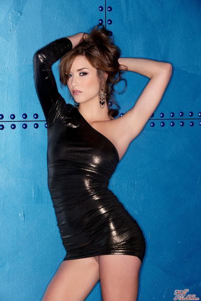 이 작 블랙 드레스 의 갈색 머리 Malena 모건 가 올 폭 그 면도 여자
