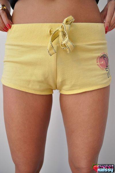 sportif brunette Babe Doux Krissy dans Jaune shorts clignote Son énorme titties