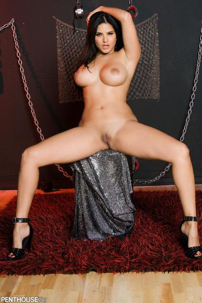 stripping e scoprire Grande Tette questo Bruna Sunny Leone guarda estremamente caldo