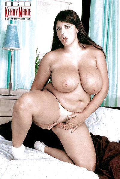 الأوروبي منفردا فتاة كيري ماري إطلاق العنان ضخمة ناقتي الثدي في الأبيض الجوارب