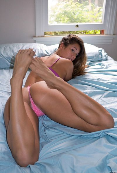 Eva lovia 喜欢 构成 她的 圆 屁股 在 那些 惊人的 内裤 和 玩 与 她的 脚