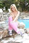 sıska düz göğüslü Güzel Sarışın Kız Erin Nicole pozlar Çıplak yanında bu havuz