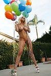 Sarışın porno gina Lynn ile büyük göğüsleri ve traş kedi pozlar Çıplak ile balonlar
