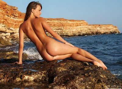 This girl drops her bikini in mere seconds and lets us see the nude young body