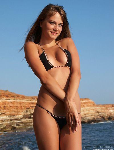 succinti Bikini striptease e il visualizzazione di un bagnato corpo giovani