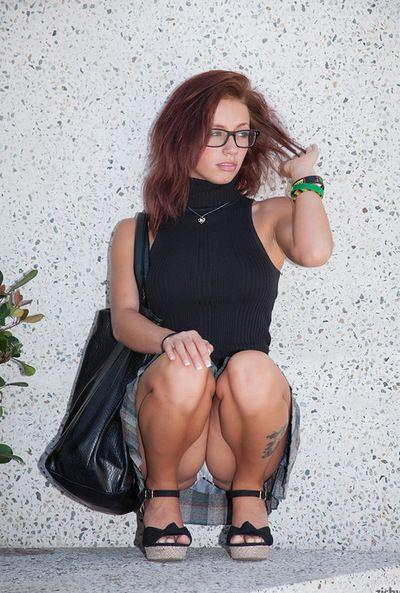 Les jeunes Poupée Avec sauvage lunettes se déploie Son sous-vêtements dans public teasing Avec Que cul