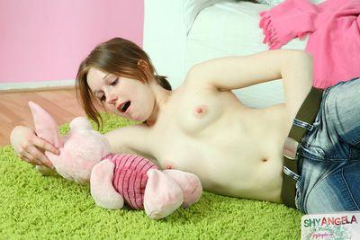 Shai Angela cảm giác Tuyệt vời :Bởi: nhẹ nhàng thôi. kiểm soát cô ấy nghiêm ngặt cắt với một cứng món đồ chơi