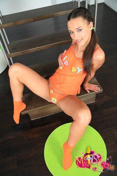 Небольшое Кукла Виктория Великолепный пилинги офф ее оранжевый нижнее белье и пихает фейк Красный Хуй в ее несовершеннолетних Пизда