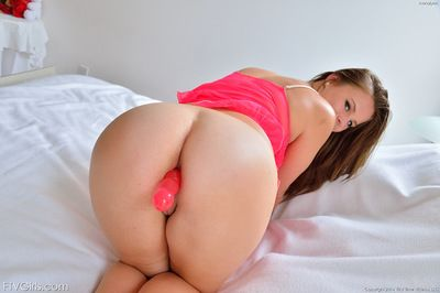 Young Anna Lynn amazes by gently posing her puffy twat in dominant solo
